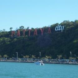 Pattaya City Schriftzug in der Bucht von Pattaya